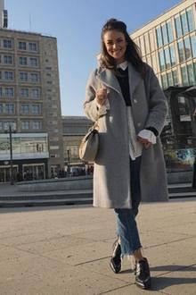 Für einen Shoppingtag in Berlin trägt die Schauspielerin einen coolen, bequemen Look, der Trendteile von einfachen Marken wie H&M mit Designerteilen von Chloé kombiniert.