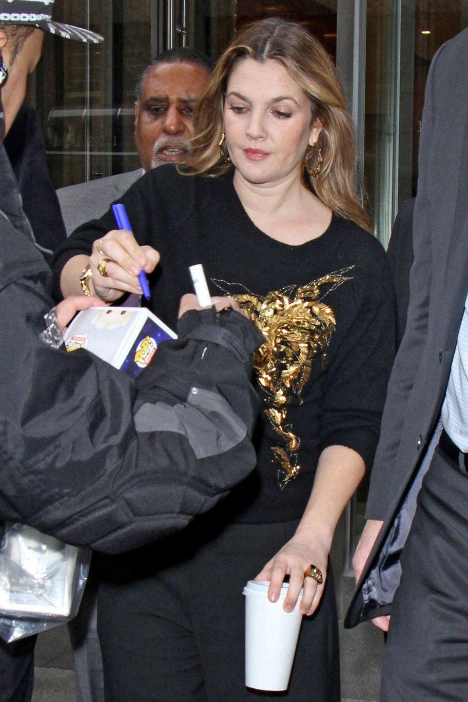 Hollywoodstar Drew Barrymore lässt die Autogrammjäger nicht im Stich.