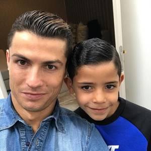 26. Januar 2017  Wie der Vater, so der Sohn: Cristiano Ronaldo hat nicht nur sein gutes Aussehen weitervererbt, sondern auch das richtige Posing.