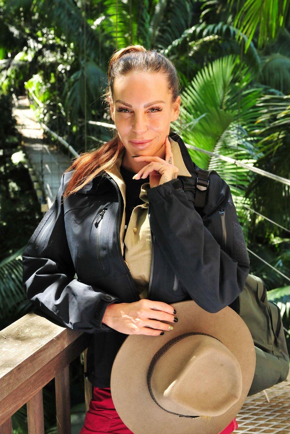 """Gina-Lisa Lohfink ist eine der Enttäuschungen des diesjährigen Dschungelcamps: Von der ehemaligen """"GNTM""""-Kandidatin haben sich die Zuschauer sehr viel mehr erhofft. Für die 30-Jährige reichte es daher nur für Platz 8 in der Show. Dennoch dürfte ihr Busch-Abenteuer ihrer Trash-Karriere noch einmal Aufwind verleihen: Laut """"Bild""""-Zeitung ließ sich Gina-Lisa in ihrem Vertrag weitere TV-Auftritte bei RTL zusichern. Außerdem warten auf sie Autogrammstunden und Club-Auftritte mit ihrem guten Freund Florian Wess. Dabei soll sich das TV-Sternchen nach """"Bild""""-Informationen immerhin über eine Gage von bis zu 3000 Euro freuen können."""