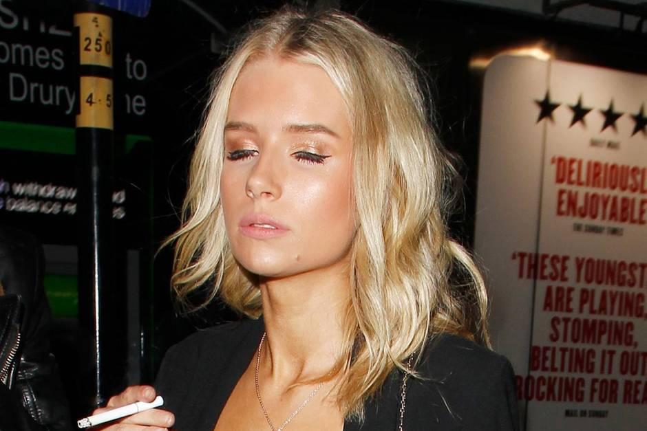 Lottie Moss zeigt sich beim Verlassen eines Nachtclubs in London nicht gerade von ihrer schönsten Seite; mit Zigarette in der Hand und halb-geschlossenen Augen schwankt sie zum Taxi.