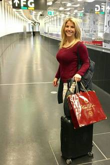 """Schlagerstar Beatrice Egli im Casual-Look unterwegs am Flughafen von Wien. Im Gepäck hat die Sängerin eine leckere Sünde: """"Ich verlasse Wien nie ohne original Sachertorte im Gepäck."""""""