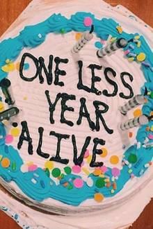 """Anlässlich ihres eigenen Geburtstags postet Jemima Kahn ein Foto ihrer interessanten Geburtstagstorte, auf der """"Ein Jahr weniger zu Leben"""" geschrieben steht."""