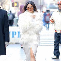 Vanessa Hudgens macht in diesem Eisprinzessinnen-Look die New Yorker Straßen zu ihrem Laufsteg. Obwohl nicht ganz klar ist, ob ihr kalt oder warm ist (nackte Beine, winterliche Faux-Fur-Jacke und Sonnenbrille), ist es ein stimmiger Look.