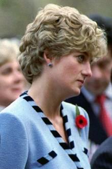 """Nach der Geburt der Söhne William und Harry hätte alles perfekt sein können. Aber Charles und Diana haben sich offensichtlich nichts mehr zu sagen, es kriselt. Fotos der leidvoll guckenden Prinzessin gehen Anfang der 1990er um die Welt.  Im Juni 1992 eskaliert die Situation, als durch """"Diana – Ihre wahre Geschichte"""" Einzelheiten der Affäre des Thronfolgers mit Camilla Parker-Bowles aufgedeckt werden. Diana hatte dem Autor Andrew Morton Einzelheiten preisgegeben über ihre Bulimie und die Selbstmordversuche. Die Prinzessin selbst gerät ebenfalls in die Schlagzeilen, als Details aus einem abgehörten Telefongespräch zwischen ihr und einem vermeintlichen Liebhaber veröffentlicht werden.  Am 9. Dezember 1992 wird die Trennung des Thronfolgerpaares offiziell gemacht. 1996 fällt das Scheidungsurteil."""