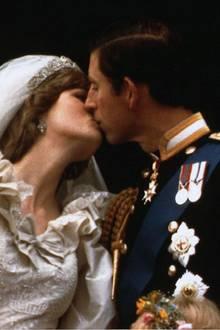 Eine Märchenhochzeit stand am Anfang - ein Rosenkrieg am Ende: 1981 heiratet der britische Thronfolger Charles die junge Lady Diana Spencer und die Welt bejubelt ihre royale Traumhochzeit. Diana Spencer scheint die perfekte Partie für den Prinzen von Wales zu sein und noch dazu wirkt sie sehr verliebt.