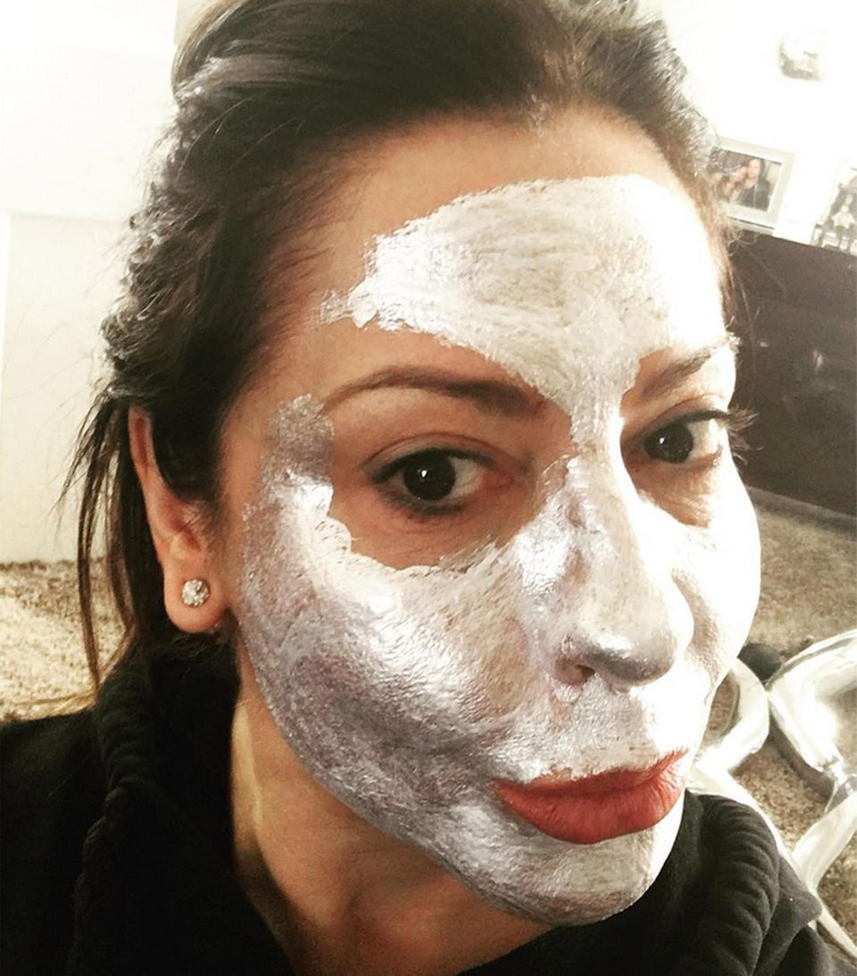 """""""Wenn's hilft..."""" Simone Thomalla probiert es gegen Anzeichen von Müdigkeit einfach mal mit einer silbrig glänzenden Gesichtsmaske und bringt damit ganz selbtironisch ihre Instagram-Fans zum Schmunzeln."""