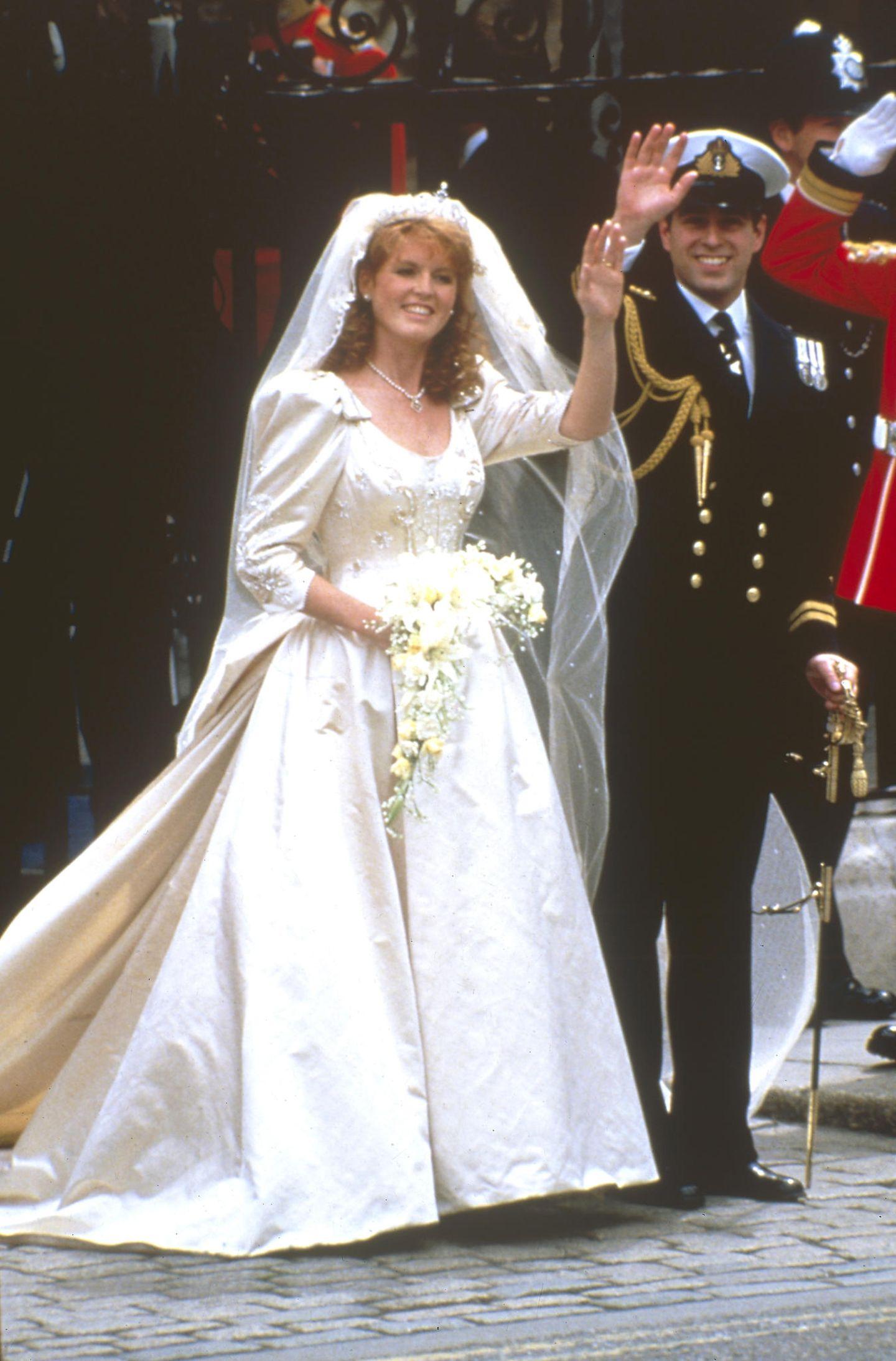 """Den Beginn des """"annus horribilis"""", des schrecklichen Jahres der Queen, markieren Prinz Andrew und seine Frau Sarah mit ihrer öffentlichen Krise.  Prinz Prinz Andrew hatte vor seiner 1986 geschlossenen Ehe mit Sarah Ferguson den Ruf eines Weiberhelden. Als Ehemann und Vater demonstriert er ein harmonisches Familienleben.  Anfang der 1990er Jahre bekommt die heile Fassade Risse: """"Fergie"""" gerät in die Schusslinie der Medien. Das Paar distanziert sich und es kriselte. Im 1992 geben die beiden die """"freundschaftliche Trennung"""" bekannt. Schon im August tauchen Fotos von Sarah auf, die sie oben ohne zeigen, während der US-Finanzmanager John Bryan an ihren Zehen nuckelt. Dieder Skandal setzt den Schlusspunkt die Ehe."""