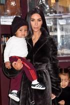 Auch wenn Saint West von Mama Kim Kardashian noch umhergetragen wird, ein lässiger Styler im Hip-Hop-Look ist er auf jeden Fall schon.