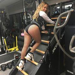 """Multifunktional einsetzbar scheint das Outfit jedenfalls schon einmal zu sein. Denn nicht nur beim Hantel-Workout, nein, auch beim Climbing setzt Mariah auf ihr """"sportliches"""" Outfit. Posing, Sport und Heels an der Sprossenwand - das verdient Respekt!"""