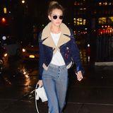 Erst wenige Wochen vorher trägt Gigi Hadid nämlich genau die selbe Hose. Sie kombiniert diese allerdings zu einer Jeans-Bikerjacke mit Lammfell-Inlet.  Und auch der Rolli, den Bella im Big Apple spazieren führt, muss aus Gigis Kleiderschrank stammen.