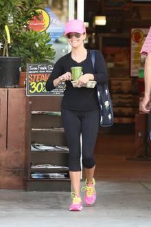 Reese Witherspoon freut sich auf ihren grünen Smoothie.