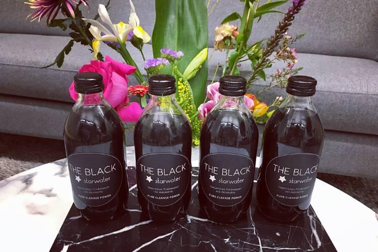 """Vier Flaschen """"The Black - starwater"""" landeten bei uns in der Redaktion. Ein tolles Aussehen haben sie!"""
