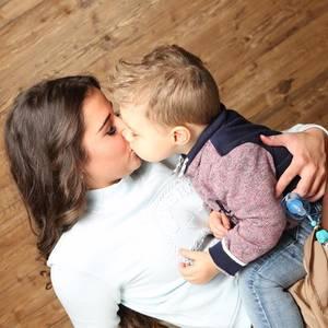 """3. Februar 2017  Zu diesem süßen Bild macht Sarah Lombardi ihrem Söhnchen eine Liebeserklärung. """"Ich liebe dich so sehr mein Großer. Und das Wichtigste ist, dass DU es weißt. Du bist das schönste Geschenk, was mir der liebe Gott schenken konnte , hast das schönste Lächeln auf Erden und gibst mir jeden Tag so viel Kraft. Du bist alles was ich habe, und alles was ich brauche! Ich werde niemals von deiner Seite weichen und immer deine Hand halten, bis ich sterbe! Mama"""", schreibt Sarah bei Facebook."""