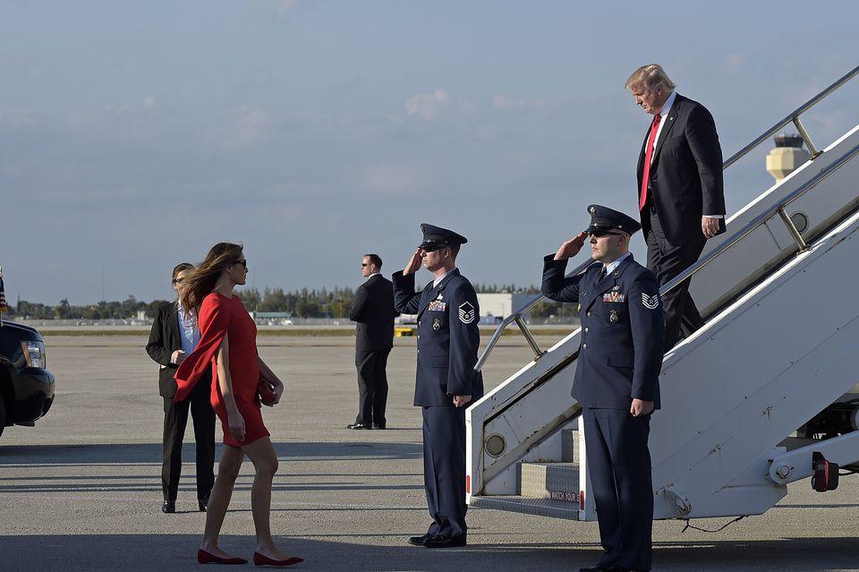 Melania Trump kam vor ihrem Ehemann in Florida an und wartete an der Gangway auf den US-Präsidenten.