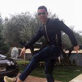 Seine Sneakers: Zum Geburtstag gibt es güldene Laufschuhe für Cristiano Ronaldo. Er hat die neuen Air Max 97 zum 32. Geburtstag bekommen und freut sich wie Bolle.