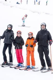 5. Februar 2017  Die königliche Familie befindet sich im Skiurlaub im Winterskigebiet Astún in den Pyrenäen. Bevor es auf die Piste geht stellen sich König Felipe und Königin Letizia und ihre Töchter den Pressefotografen.