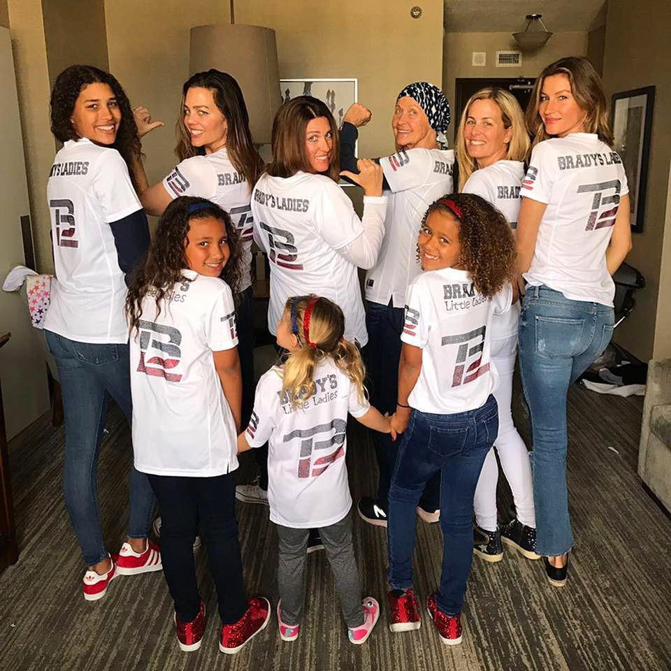 """Gisele Bündchen posiert mit Tochter Vivian, Tom Bardys Mutter und weiteren weiblichen Familienmitgliedern als """"Bradys Ladys"""""""