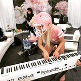 Rosa und weiß - so hält Lady Gaga nicht nur ihr Outfit sondern gleich das gesamte Interior im Backstage-Bereich.