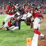 """Dramatischer könnte es nicht ausgehen: James White mogelt sich in der ersten Verlängerung der """"Super Bowl""""-Geschichte gerade so über die Linie zum Touchdown."""