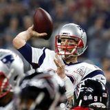Volle Konzentration beim Endspiel: Tom Brady spielt einen Pass.