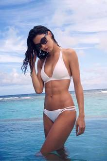 Dreimal in der Woche geht Model Rebecca Mir mindestens trainieren. Beim Anblick dieses Traumbodys in einem weißen Triangle-Bikini bekommen wir ja auch beinahe Lust auf ein ordentliches Work-Out.