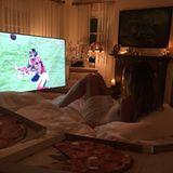 Heidi Klum schaut sich das Spiel ganz gemütlich im Bett an, mit ganz viel Pizza.