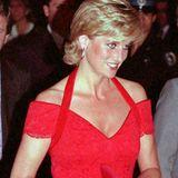 Schon im November 1995 trägt Prinzessin Diana zu einem Dinner in Buenos Aires ein knallrotes Off-Shoulder-Kleid mit V-Ausschnitt. Zusammen mit abgestimmter Clutch und passenden Schuhen bildet das Kleid ein tolles Abend-Outfit.