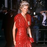 Bei einem Staatsbanket im Nobelhotel Claridges trägt die Mutter von Prinz William und Prinz Harry ein rotes Wickelkleid, das um die Taille enger wird und mit goldenen Applikationen versehen ist.