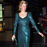 """Bei der Premiere von """"Shirley Valentine"""" in London im August 1993 trägt Prinzessin Diana ein petrol-farbenes Glitzerkleid mit gerafftem V-Ausschnitt und langen Puffärmeln. Dazu kombiniert sie farblich passende Schuhe und eine abgestimmte Clutch."""