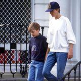 Privat mochte es Prinzessin Diana auch gerne mal casual: in einer weiten Jeans, mit einem oversized Sweater und cooler Logo-Cap ist sie mit dem jungen Prinz William in London unterwegs.