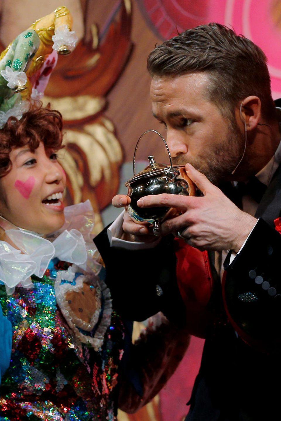 Ryan Reynolds küsst seinen Pudding-Pott-Award.