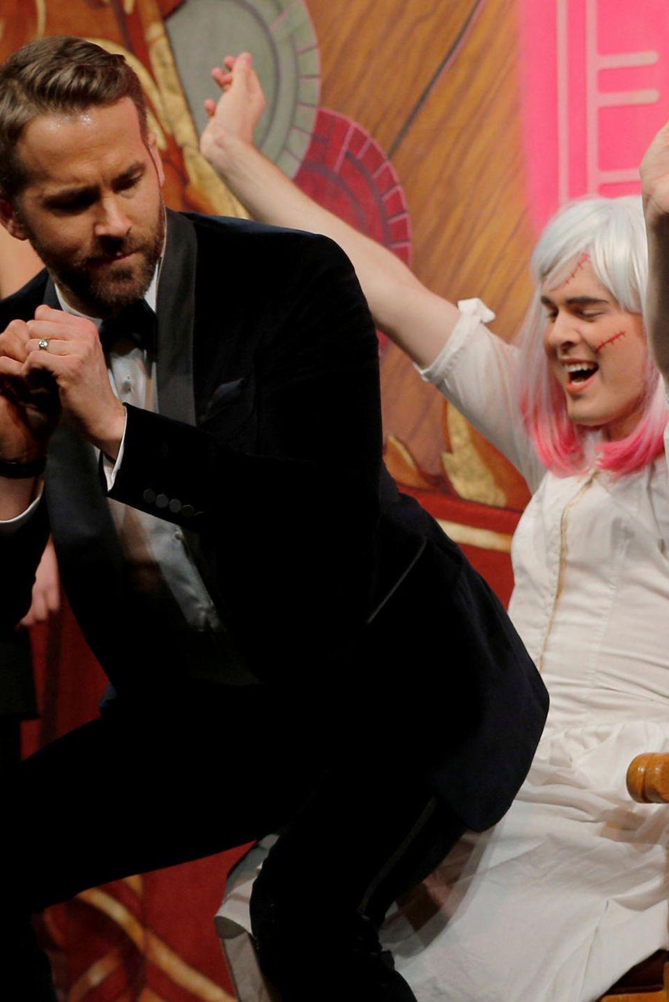 """Ryan Reynolds macht einen Lapdance, während seiner Ehrung zum """"Hasty Pudding Theatricals Man of the Year""""."""