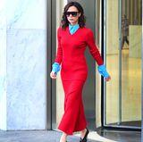 """Am gleichen Tag begeistert """"Posh"""" noch mit einem weiteren farbenfrohen Outfit: Ein knallrotes Ensemble mit türkisfarbener Bluse und den selben Schuhen in schwarz. Pokerface und Sonnenbrille sind nach wie vor mit dabei."""