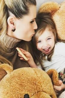 6. Februar 2017  Michelle Hunziker kuschelt ihre Tochter Sole zwischen zwei großen, flauschigen Teddybären.