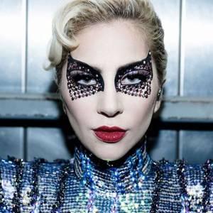 """Er hat ein bisschen was von Batman, einen Hauch von Marilyn Monroe und könnte glatt zum Einbruch von Dagobert Ducks Tresorraum verführen: Der Beauty-Look, den Lady Gaga für ihre Super-Bowl-Halftime-Performance trägt, ist nicht nur atemberaubend cool, sondern auch atemberaubend teuer. Ihre Make-up-Artistin, Sarah Tanno, verwendet dafür nämlich eine Reihe von """"Marc Jacobs Beauty""""-Produkten im Wert von etwa 800 Euro. Günstig ist das nicht. Gelohnt hat es sich dennoch."""