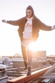GZSZ-Liebling Janina Uhse beschwört mit ihrem lässigen Streetstyle die Neunziger Jahre herauf. Ihr Logo-Sweater von s.Oliver ist unter Trendsettern das neueste Musthave und lässt sich vielfältig kombinieren.