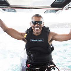 Aus Sicherheitsgründen durfte Barack Obama während seiner Präsidentschaft nicht surfen - das holt er jetzt mit einem breiten Grinsen im Gesicht nach.
