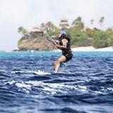 So habt Ihr den ehemaligen Präsidenten noch nie gesehen: Barack Obama übt Kitesurfen vor Richard Bransons Moskito Insel.