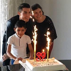 Mit einer Geburtstagstorte und kleinem Feuerwerk wird Cristiano Ronaldo von seiner Mutter und Söhnchen Cristiano Junior zum 32. Geburtstag überrascht. Das Erinnerungsfoto wird auch gleich mit allen Fans geteilt.