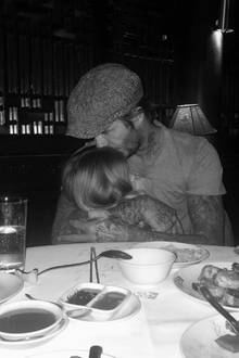 5. Februar 2017  Eine Kuscheleinheit zwischen den Gängen gibt es für David Beckham von seiner entzückenden Tochter Harper.