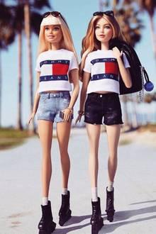 Ist das nicht Gigi Hadid? Gigi skated mit ihrer Barbie-Freundin in Venice Beach, gekleidet in der neuen Tommy Hilfiger-Kollektion, die sie gemeinsam mit dem Modehaus entworfen hat.