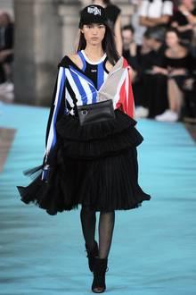 Sport-Glam:können Sie sich ab sofort sparen – stylen Sie sich einfach frühlingsfit! Superlässig wird es, wenn man coole Tech-Wear mit Glam-Accessoires kombiniert.
