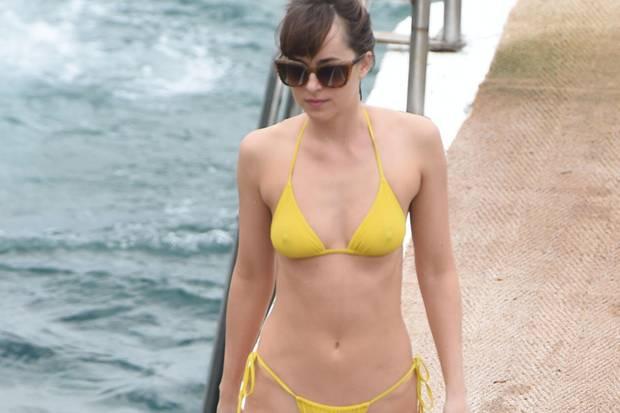 Dakota Johnson stolziert im knappen Bikini über einen Steg an der Cote D'Azur.