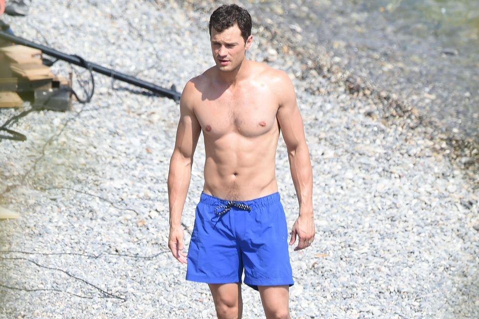 """Jamie Dornan präsentiert seinen gestählten Körper am Set von """"Fifty Shades Darker"""" an der Cote D'Azur in Frankreich."""
