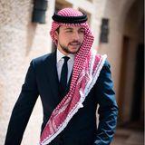 Hussein bin Abdullah von Jordanien  Prinz Hussein (geb.1994) ist der ältesteSohn von König Abdullah II.und Königin Rania. 2004 entlässt derjordanische König seinen Halbbruder aus dem Amt des Kronprinzen und machtPrinz Husseindamit zum ersten Thronfolger des Landes. Zur Vorbereitung auf sein Amt schließt Hussein bin Abdullah neben seiner militärischen Ausbildung in Englandauch ein Studium in Internationaler Geschichte in den USA ab. Schon jetzt begleitet der fleißige Prinz seinen Vater zu vielen Terminen und hat etliche Initiativen, inklusive einer eigener Stiftung, ins Leben gerufen.