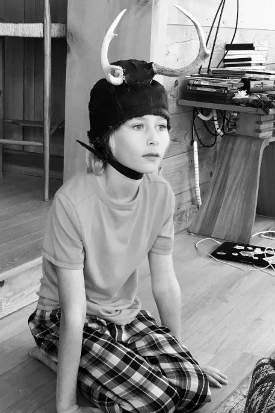 6. Februar 2017  Sasha hat ein Faible für ungewöhnliche Kopfbedeckungen. Hier trägt er ein Geweih und bringt selbst seine Mutter Naomi Watts zu schmunzeln.