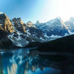 """Moraine Lake  Wenn eisige Temperaturen herrschen, kuschelt man sich beim Date besonders gern zusammen. So passierte es auch Oliver Sanne und """"seiner"""" Carolin beim Dream-Date in Kanada.    Wer zusätzlich zu der Kälte noch einen Traum-Ausblick und unbefleckte Natur genießen möchte, sollte direkt an den Moraine Lake fahren."""