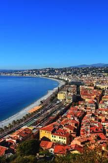 """Côte d'Azur  14 Jahre ist es her. Da suchte der erste Bachelor, Marcel Maderitsch, seine Traumfrau. Es verschlug ihn und die Kandidatinnen ins """"Land der Liebe"""" nach Frankreich. Oder genauer: an die Côte d'Azur.    Wer den Charme einer besonderen Hafenstadt mit Strand, Shoppingmeilen und tollen Restaurants genießen möchte, der sollte nach Nizza reisen."""