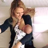 Diese Momente im Leben einer Mama müssen festgehalten werden. Sara Kulka teilt ihre Lieblingsstillposition mit ihrer Fangemeinde.